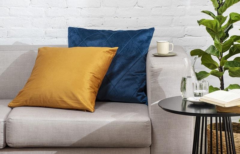 almofada no sofá