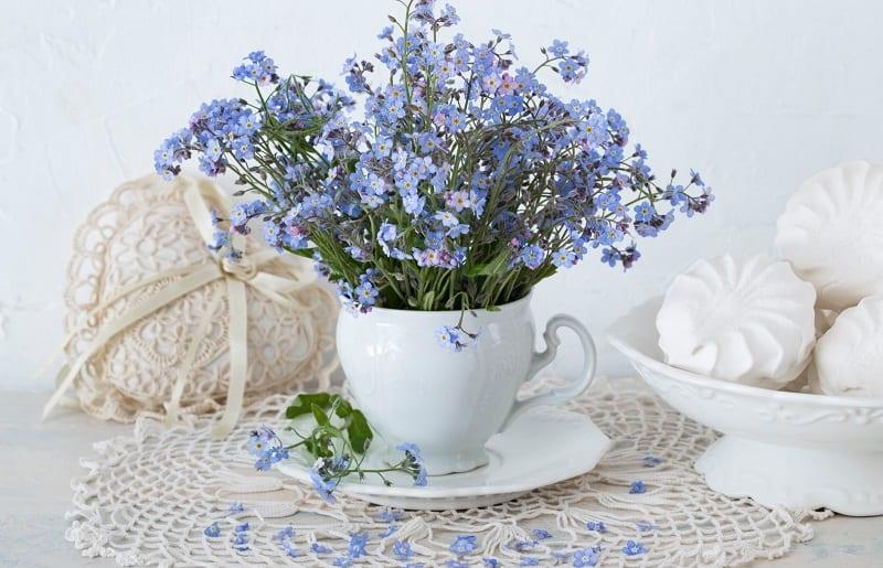 arranjo de flores na caneca