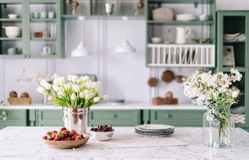 cozinha com ilha arranjo de flores