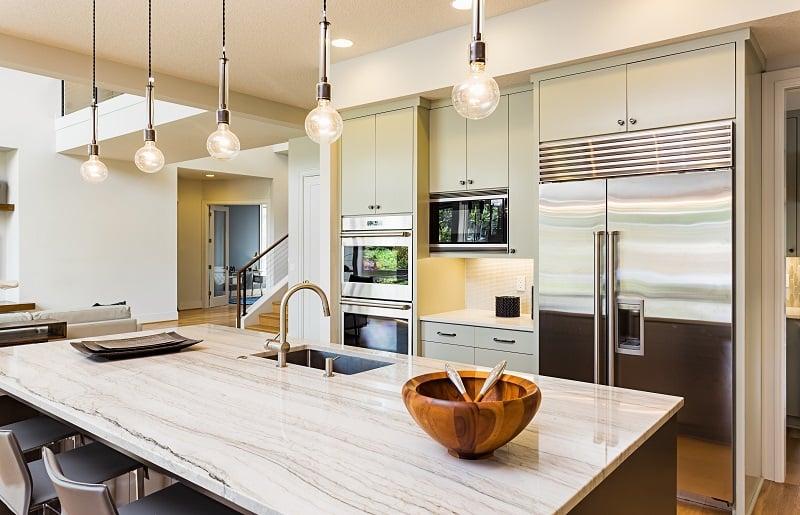 cozinha com ilha iluminação no teto