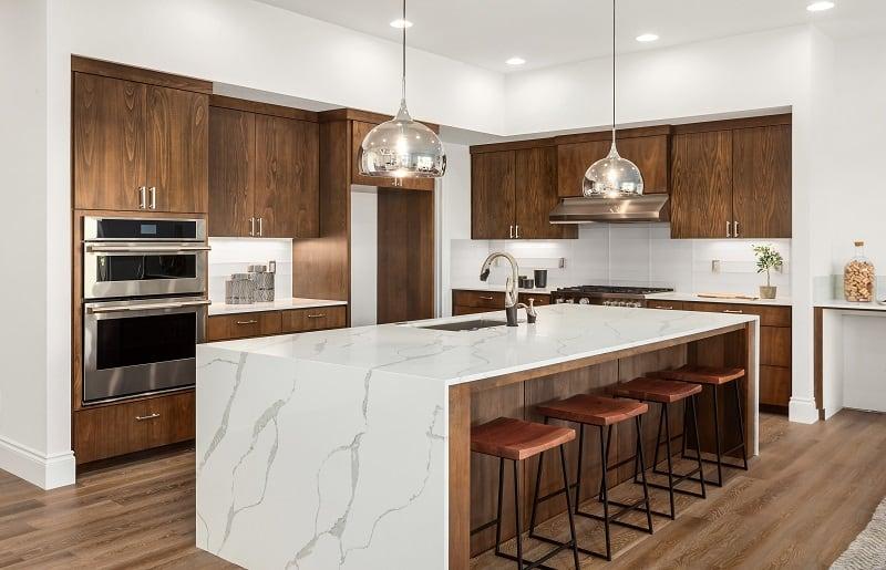 cozinha com ilha de madeira